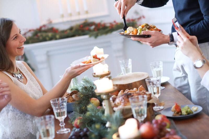Pessoas se servindo em uma mesa durante ceia de Natal